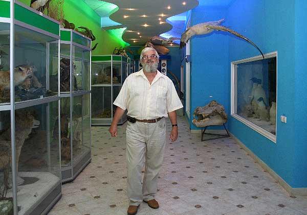 Профессор М. В. Юрахно рассказывает о диорамах зоомузея