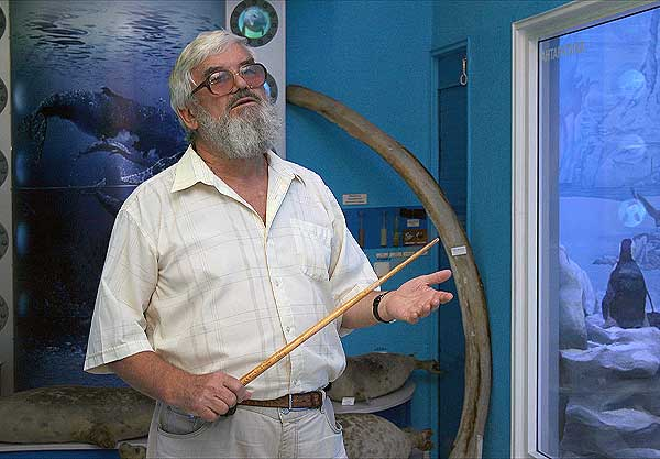 Профессор М. В. Юрахно возле диорамы
