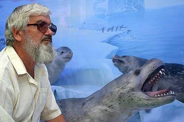 Профессор М. В. Юрахно возле диорамы Антарктика