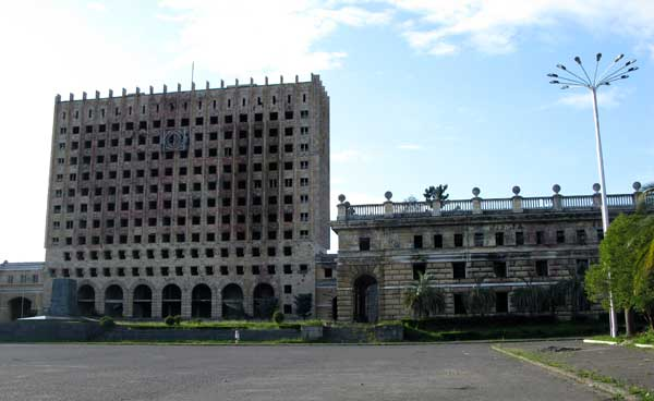 Сухум, дом правительства. Стоит без изменений после войны 1992-1993 гг.