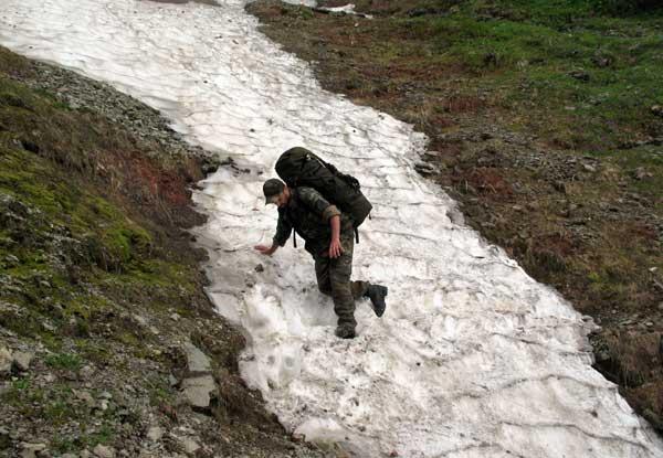 Непросто проходить снежники на крутых склонах.
