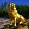 Лев у входа в кафе