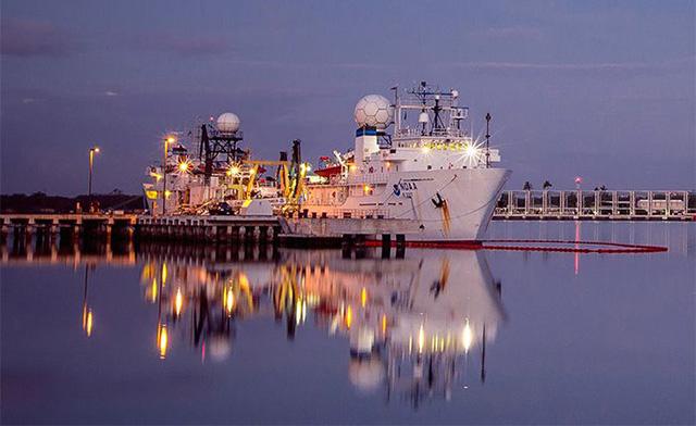 Исследовательское судно Okeanos Explorer. Фото NOAA